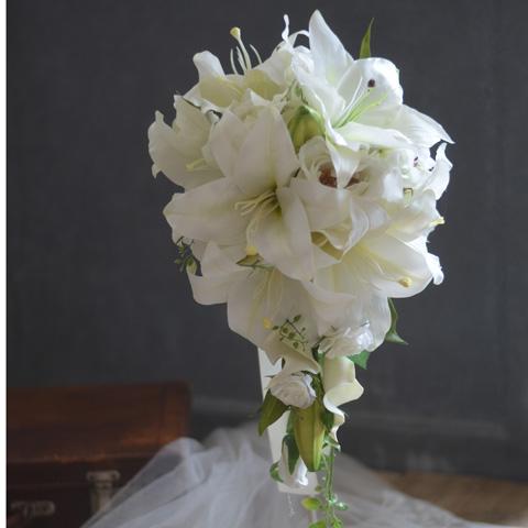 上品で正統派の花嫁様にクラシカルなキャスケードブーケ