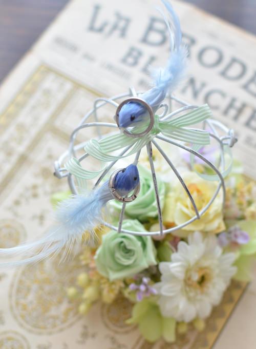 幸せの青い鳥がリングを運ぶ
