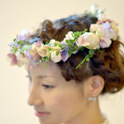 ウェディングのヘアースタイルを飾るナチュラルな花冠