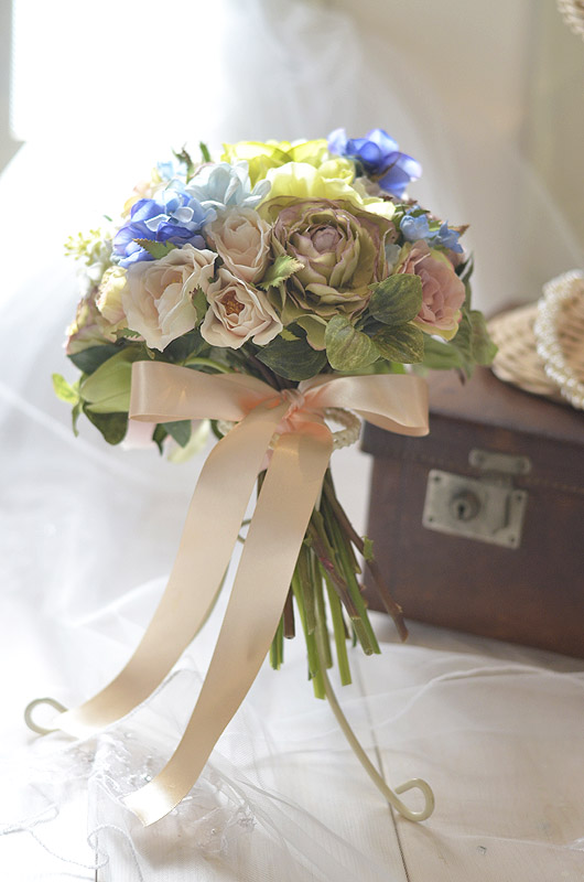 ノスタルジックな雰囲気が大人可愛い造花のクラッチブーケ